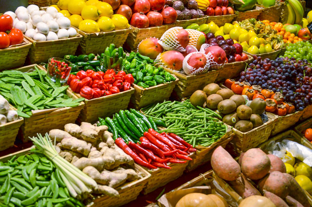 Eating Raw on a Budget_Fruit market with various colorful fresh fruits and vegetables